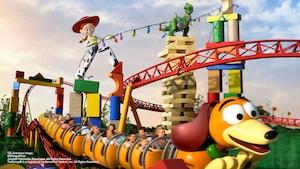 Des visiteurs enthousiastes se tiennent fermement en faisant un tour à bord de Slinky Dog Dash à Disney's Hollywood Studios