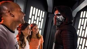 Mãe e pai riem ao encontrar o Kylo Ren com a filha durante uma experiência de Encontro com Personagens