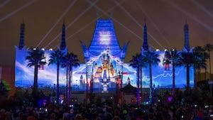 Uma imagem do Cinderella Castle projetada na fachada do Grauman's Chinese Theatre