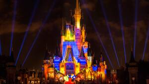 Des effets de lumière éclatants illuminent le Cinderella Castle durant le Once Upon a Time au parc Magic Kingdom