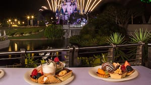 Una variedad de sorpresas dulces en Fireworks Holiday Dessert Party en Tomorrowland Terrace