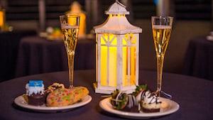 Una variedad de sorpresas dulces en Fireworks Dessert Party con vistas desde Plaza Garden
