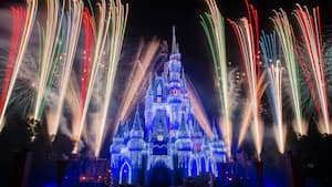 Des feux d'artifice éclatent autour du Cinderella Caste lors du Holiday Wishes au Mickey's Very Merry Christmas Party