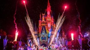 Des feux d'artifice au-dessus du Cinderella Caste lors du Mickey's Very Merry Christmas Party au parc Magic Kingdom
