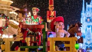 Woody et Jessie des films Toy Story se produisent lors du défilé Once Upon a Christmastime Parade