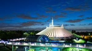 Space Mountain illuminé dans la soirée à Tomorrowland au parc Magic Kingdom