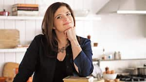 Le célèbre chef Alex Guarnaschelli pose son menton sur sa main