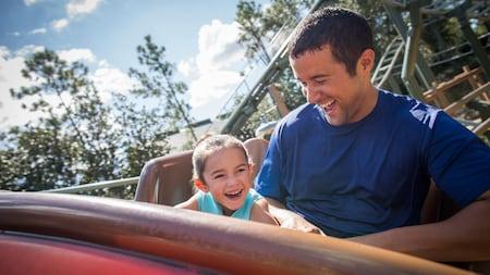 Un hombre y una niña en una montaña rusa