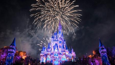 Fuegos artificiales estallan en el cielo detrás del Cinderella Castle
