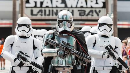 Captain Phasma conduce a un grupo de Storm Troopers cerca de un cartel que lee Star Wars Launch Bay