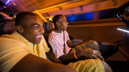 2 hombres sonríen en una montaña rusa