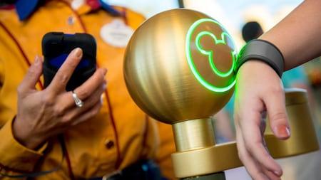 Un Visitante usa la MagicBand de MyMagic+ en Walt Disney World Resort