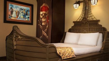 El interior de una habitación con temática de piratas con una cama con forma de barco y una decoración inspirada en piratas