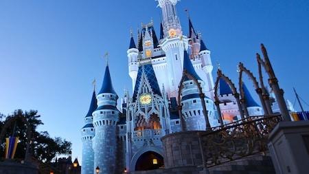 Cinderella Castle se ilumina por la noche y se mantiene erguido como el centro emblemático del Parque Temático Magic Kingdom