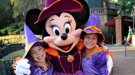Minnie Mouse disfrazada de bruja y 2niñas disfrazadas de Minnie bruja