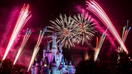 Des feux d'artifice éclatent au-dessus du Cinderella Caste lors du Holiday Wishes au Mickey's Very Merry Christmas Party