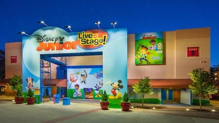 Personagens animados decoram a entrada da atração Disney Junior – Live on Stage no Disney's Hollywood Studios