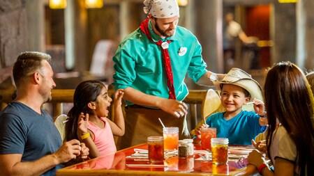 Un serveur s'occupe d'une famille assise à une table