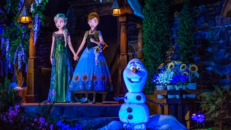 Anna, Elsa e Olaf na atração Frozen Ever After