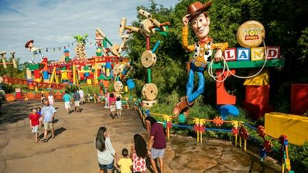 Personas paradas cerca de la entrada a Toy Story Land