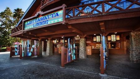 Exterior de Lottawatta Lodge con esquís y tablas de snowboard