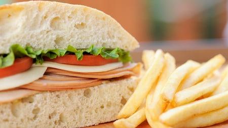 Un sándwich con papas fritas como acompañante