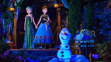 Anna, Elsa y Olaf parados en la atracción Frozen Ever After