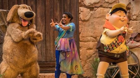 Russell y Dug posan en el escenario con una mujer