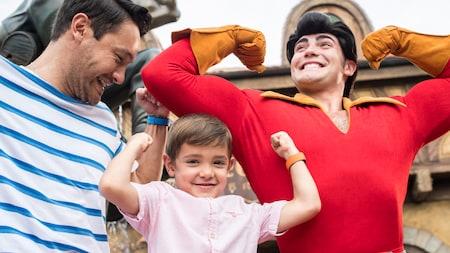 Un niño muestra su fuerza muscular junto a Gaston