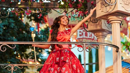 Princess Elena sings from a balcony