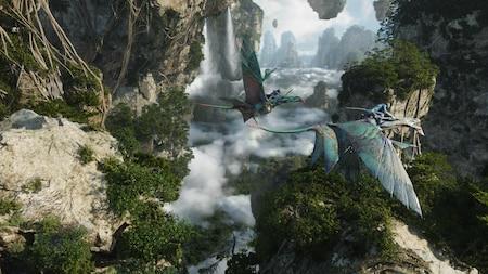 Des habitants Na'vi volant à dos de banshee au milieu d'une chaîne de montagnes flottantes de Pandora