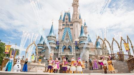 Con el Cinderella Castle de fondo, el elenco completo de Mickey's Friendship Faire, incluidos Mickey Mouse y sus amigos, junto a Personajes de clásicos de Disney tales como Frozen y Tangled