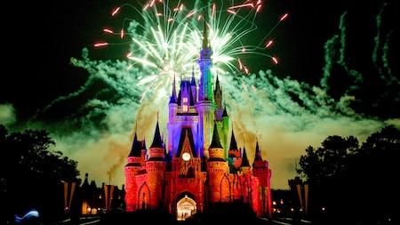 Los fuegos artificiales se exhiben sobre el Cinderella Castle.