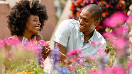 Un homme tend une fleur à une femme