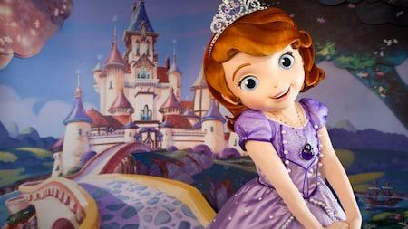 Sofia, a princesa em treinamento do Reino de Enchancia, aguarda os Visitantes na Animation Courtyard