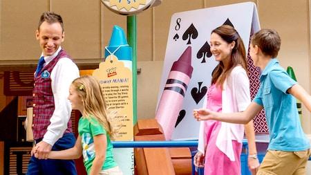 Um grupo de Visitantes animados segue um funcionário da Disney em um passeio no Disney's Hollywood Studios