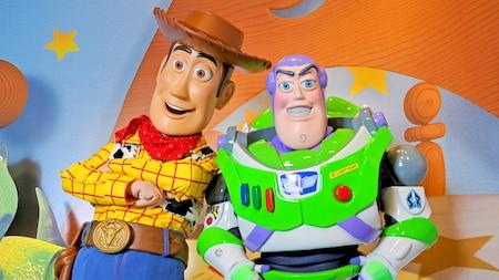 Woody et Buzz Lightyear attendent les visiteurs de tous âges durant une rencontre des personnages à Pixar Place