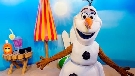 Olaf sourit en attendant des visiteurs à l'expérience de rencontre des personnages à Disney's Hollywood Studios