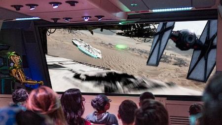 O C-3PO guia os Visitantes pelo planeta Jakku na Star Tours – The Adventures Continue, no Disney's Hollywood Studios