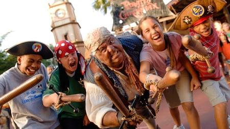 Mack, el compañero de barco del Capitán Jack Sparrow, y 4 piratas amigos con palos de madera