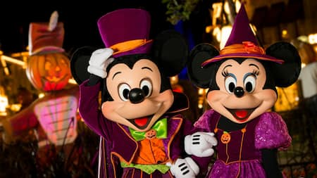 Mickey e Minnie Mouse com seus melhores trajes de Halloween no Mickey's Not So Scary Halloween Party