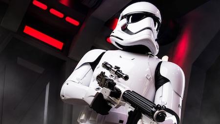 Un Stormtrooper de Star Wars busca un Star Destroyer con un rifle bláster en la mano
