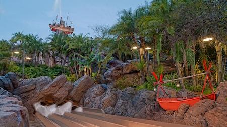 El barco camaronero Miss Tilly sobre Mount Mayday entre el follaje tropical