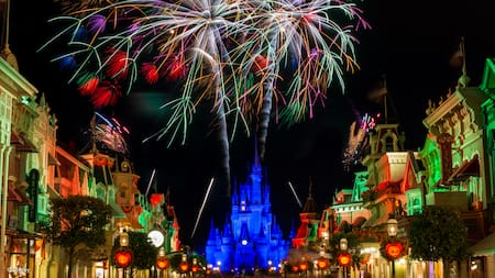 Fuegos artificiales que estallan sobre Main Street U.S.A. y el Sleeping Beauty Castle