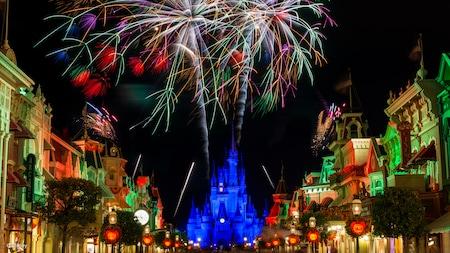 Fuegos artificiales que estallan sobre Main Street U.S.A. y el Sleeping Beauty Castle