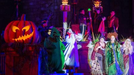 Los Villanos de Disney actúan en el espectáculo Hocus Pocus Villain Spelltacular, en Mickey's Not-So-Scary Halloween Party