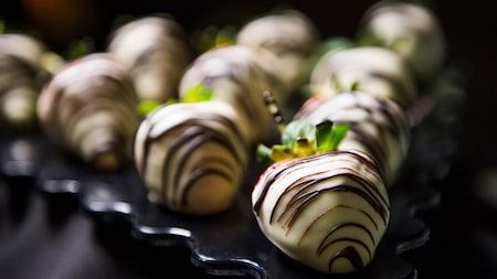 Fresas cubiertas con chocolate blanco, disponibles en el paquete Premium de postres de Happy HalloWishes