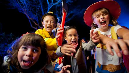 Um grupo de jovens Visitantes fantasiados para as festividades durante o Mickey's Not-So-Scary Halloween Party