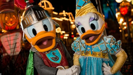 El Pato Donald y la Pata Daisy vestidos como caballero real y princesa en Mickey's Not So Scary Halloween Party