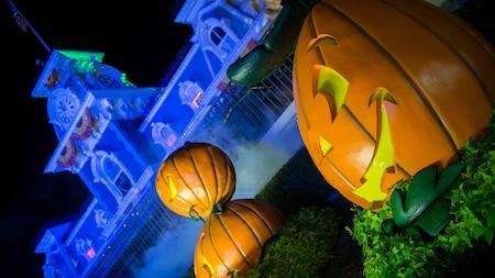 3calabazas de Halloween ubicadas en una huerta de calabazas frente a la estación de trenes, en Main Street, U.S.A.